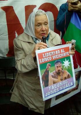Nora Cortiñas en la ronda de las Madres de Plaza de Mayo de hoy pidiendo la libertad de Jones Huala (Foto: Laura Mapu)