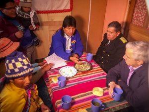 Evo desayuna con una familia humilde
